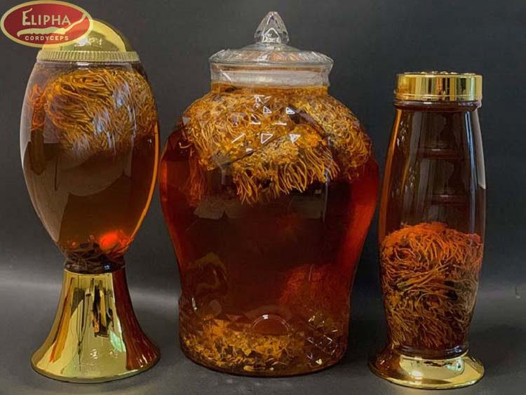 Tránh đông trùng hạ thảo bị mốc bảo quản bằng cách ngâm rượu.
